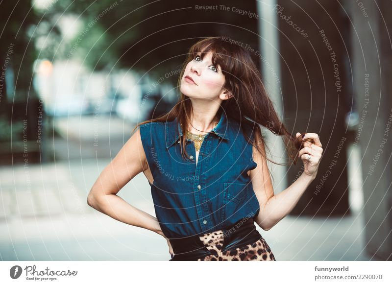 Die Haarzwirblerin Mensch feminin Frau Erwachsene 1 30-45 Jahre Mode Bekleidung Fell Jeansstoff Gürtel Bluse Haare & Frisuren brünett langhaarig Pony Coolness