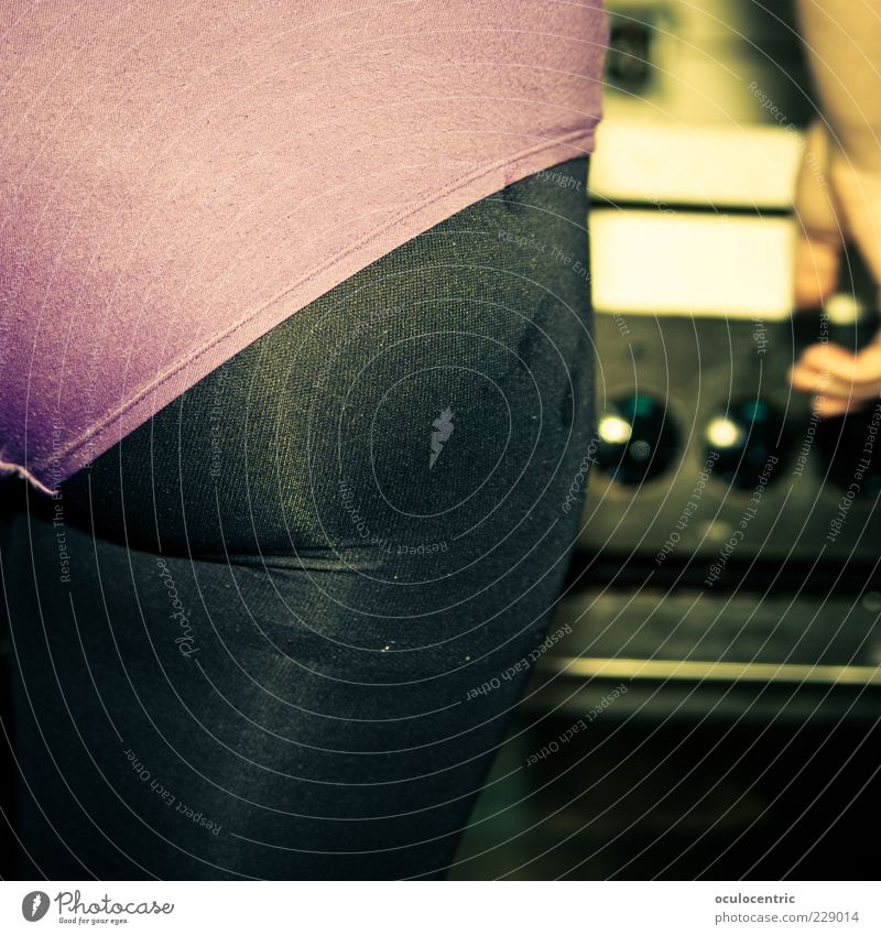 Küchengymnastik Mensch schön feminin Freundschaft Wohnung ästhetisch Kochen & Garen & Backen Gesäß violett Falte Wohlgefühl trashig atmen gemütlich Strumpfhose