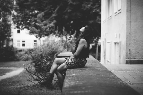 Hinterhofleben Wohnung Haus Party Mensch feminin Junge Frau Jugendliche Erwachsene 1 30-45 Jahre atmen dunkel Langeweile Sehnsucht Rauchen Selbstständigkeit