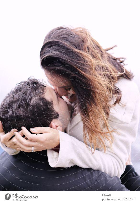 Umarmung des glücklichen Paars Mensch Junge Frau Jugendliche Junger Mann Partner 2 Gefühle Freude Fröhlichkeit Euphorie Leidenschaft Liebe Liebkosen Umarmen