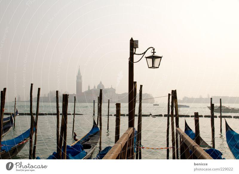 Gondola Wolken ruhig Skyline Laterne Straßenbeleuchtung Wahrzeichen Anlegestelle heilig Sehenswürdigkeit Dunst Venedig trüb bedeckt Italien Gondel (Boot)