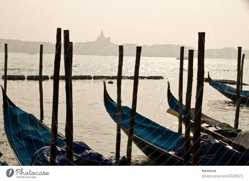 Gondolas Mensch Wolken ruhig Wasserfahrzeug Skyline Wahrzeichen Anlegestelle heilig Sehenswürdigkeit Italien Venedig trüb bedeckt Gondel (Boot) Attraktion Dalben