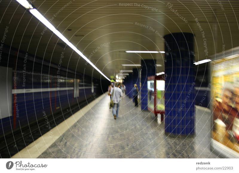 Underground U-Bahn London Underground Station Mann Eisenbahn Bahnsteig Reeperbahn Architektur Bahnhof laufen Reflektion Hamburg Passagier Unschärfe