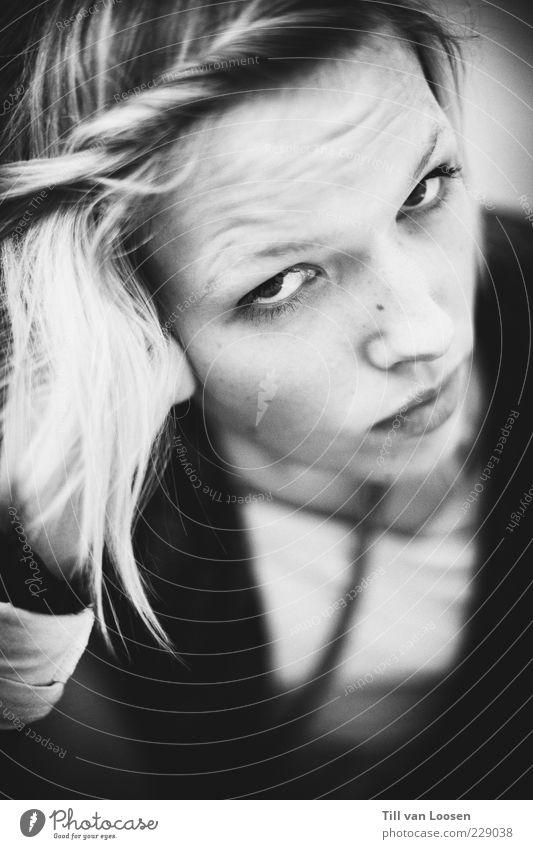 c. Mensch feminin 1 18-30 Jahre Jugendliche Erwachsene Haare & Frisuren blond beobachten schwarz weiß Gefühle Schwarzweißfoto Innenaufnahme Textfreiraum unten