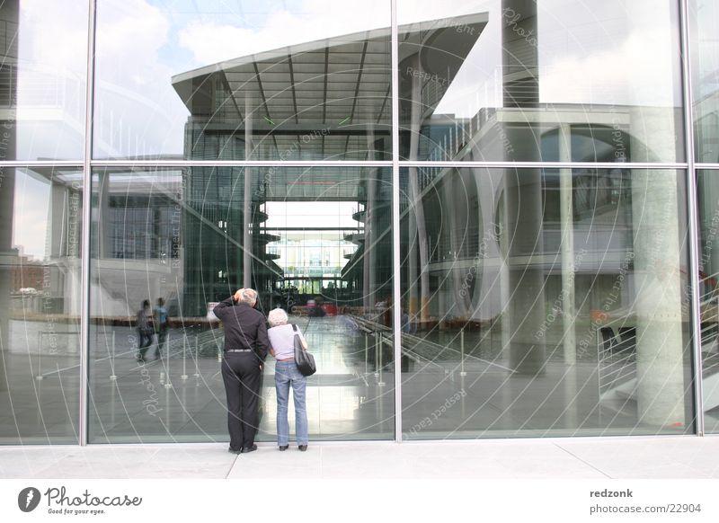 Regierungsviertel Haus Stahl Beton Strukturen & Formen Regierungssitz Ehepaar Tourist Reflexion & Spiegelung Architektur Himmel Tor Glas modern Berlin paarweise