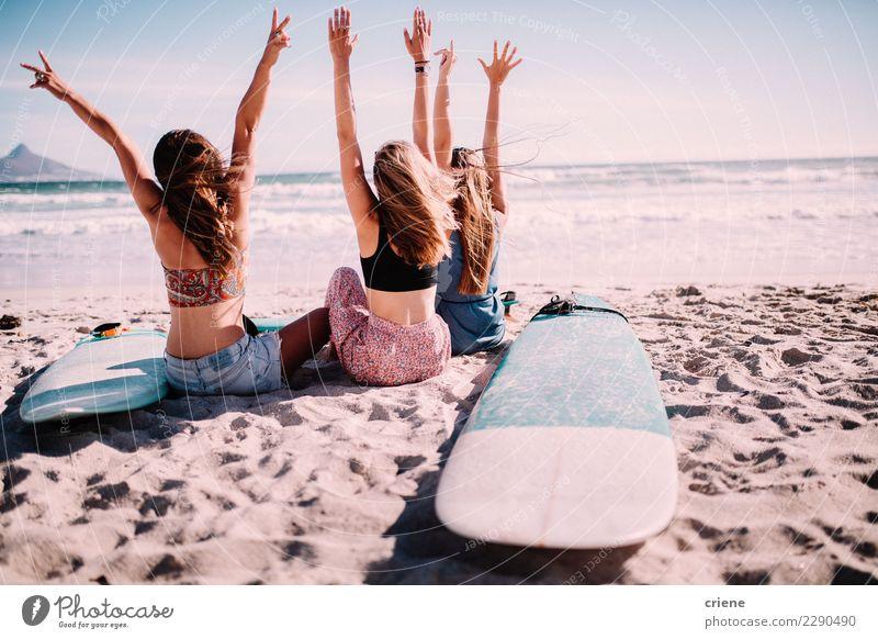 Glückliche tausendjährige Freunde, die auf dem Strand zujubeln Lifestyle Freude Freizeit & Hobby Ferien & Urlaub & Reisen Freiheit Sommer Sommerurlaub Sonne