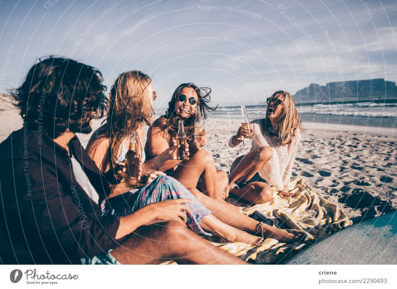 Ferien & Urlaub & Reisen Freude Strand Gefühle Glück Party Menschengruppe Zusammensein Sand Freundschaft sitzen Lächeln trinken Bier Partnerschaft Sonnenbrille