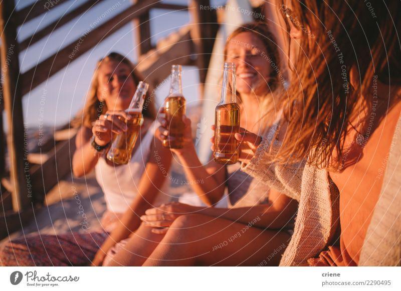 Frau Ferien & Urlaub & Reisen Sommer Freude Strand Erwachsene feminin Glück Feste & Feiern Party Freundschaft gold Lächeln trinken Bier Partnerschaft
