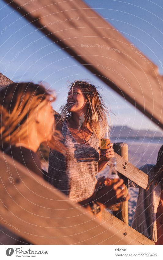 Frau Ferien & Urlaub & Reisen Erholung Freude Strand Erwachsene Glück Lächeln trinken Bier Applaus Gast Kaukasier