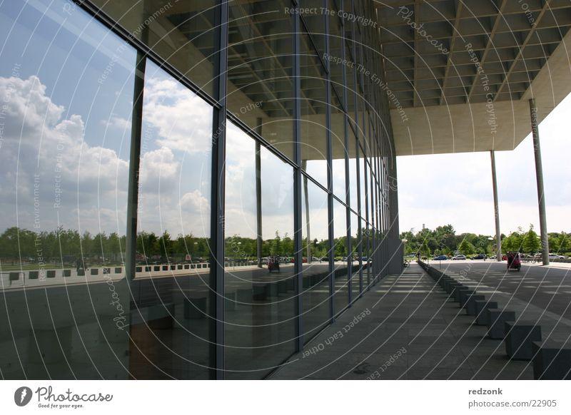 Moderne Spiegelung Haus Hochhaus Stahl Strukturen & Formen Regierungssitz Reflexion & Spiegelung Wolken Architektur Himmel Glas Beton modern Berlin Perspektive
