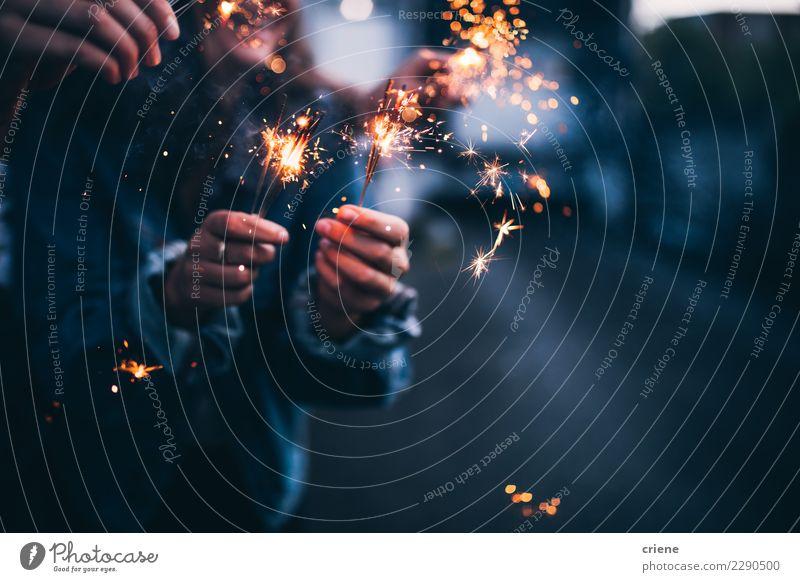 Nahaufnahme von hellen brennenden Wunderkerzen in der Nacht Glück Entertainment Party Veranstaltung ausgehen Feste & Feiern Tanzen Weihnachten & Advent