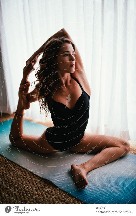 Frau Jugendliche Haus ruhig Erwachsene Freizeit & Hobby Wellness Gelassenheit stark Körperpflege Konzentration Gleichgewicht heimwärts Barfuß Geborgenheit üben