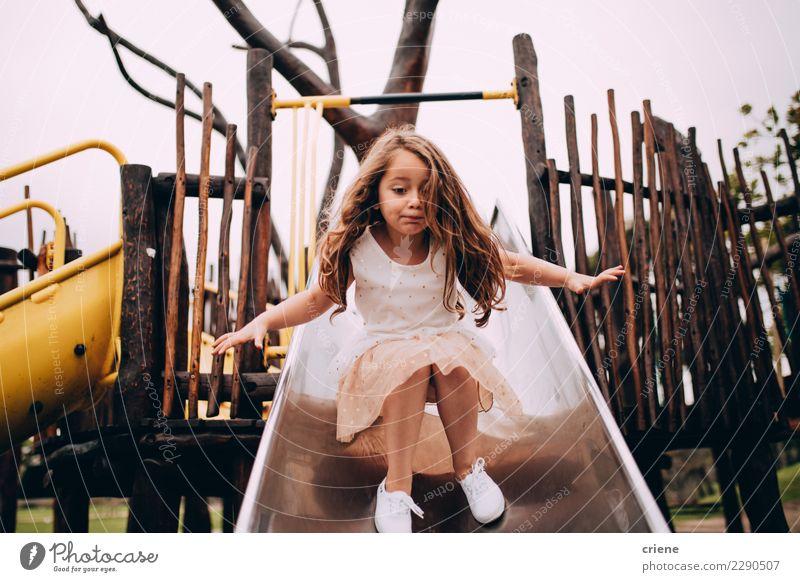 Kleines kaukasisches Mädchen, das Spaß auf Dia auf Spielplatz hat Kind Freude Lifestyle Gefühle klein Glück Spielen Kindheit niedlich reizvoll Kaukasier