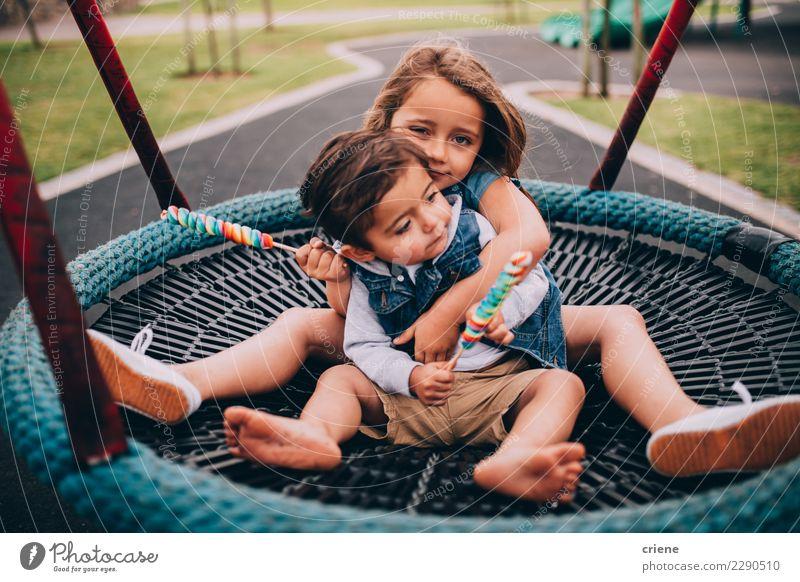 Entzückende Kleinkindgeschwister, die auf Schwingen sich umarmen Spielen Kind Mensch Schwester Familie & Verwandtschaft Kindheit 2 Spielplatz Liebe Umarmen