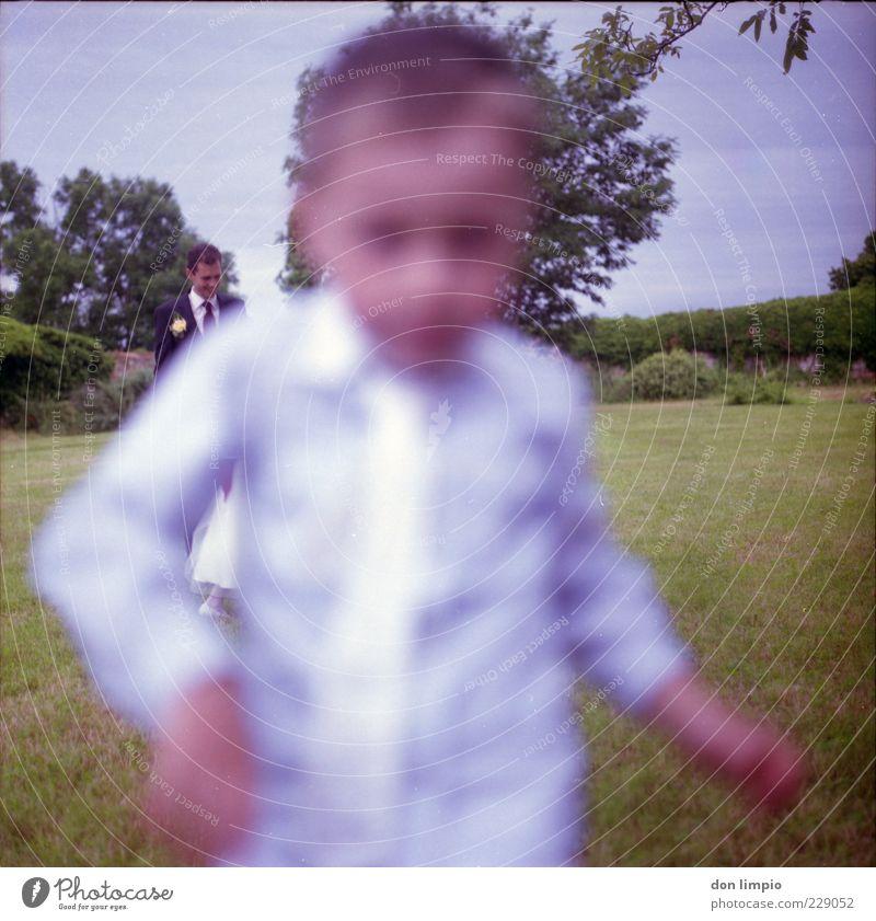 ich will, ich auch! Mensch Kind Sommer Wiese Junge Bewegung klein Kindheit Feste & Feiern elegant laufen maskulin rennen Hemd analog Veranstaltung