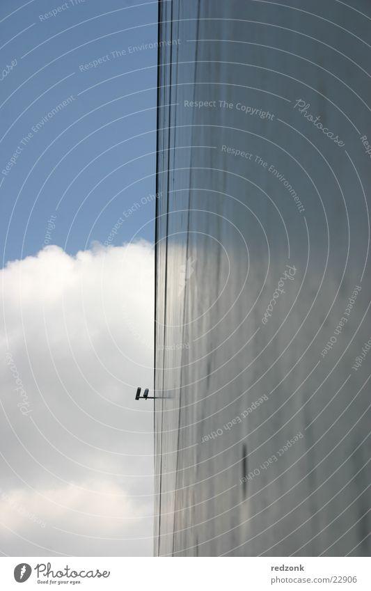 Überwachung an Wand Himmel Wolken Haus Architektur Beton modern Hochhaus Überwachungsstaat Regierungssitz