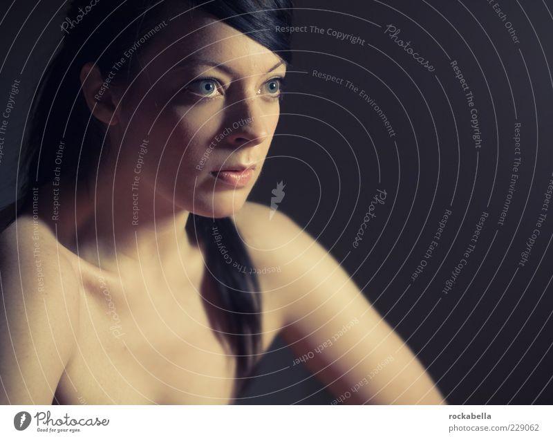 battuta. feminin Junge Frau Jugendliche Erwachsene 1 Mensch 18-30 Jahre schwarzhaarig langhaarig Zopf beobachten ästhetisch authentisch außergewöhnlich elegant