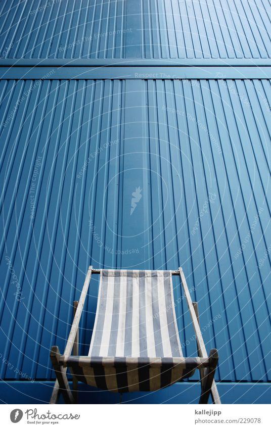 ein zebra auf urlaub Lifestyle Design Freizeit & Hobby Stuhl liegen Streifen Liegestuhl blau Farbfoto Außenaufnahme Licht Kontrast Reflexion & Spiegelung