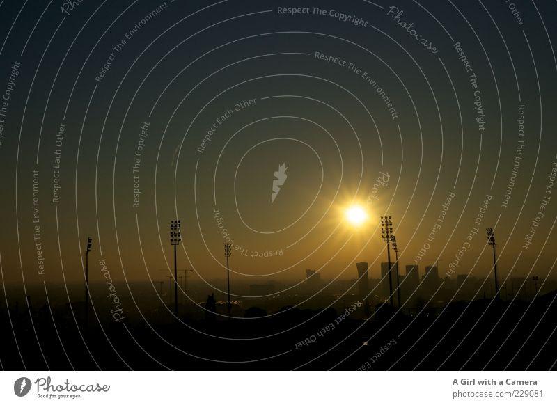 irgendwie olympisch Stadt Sonne Ferne gold außergewöhnlich leuchten Turm einzigartig Schönes Wetter Skyline Strommast Wolkenloser Himmel Barcelona Stadion Sonnenuntergang Flutlicht
