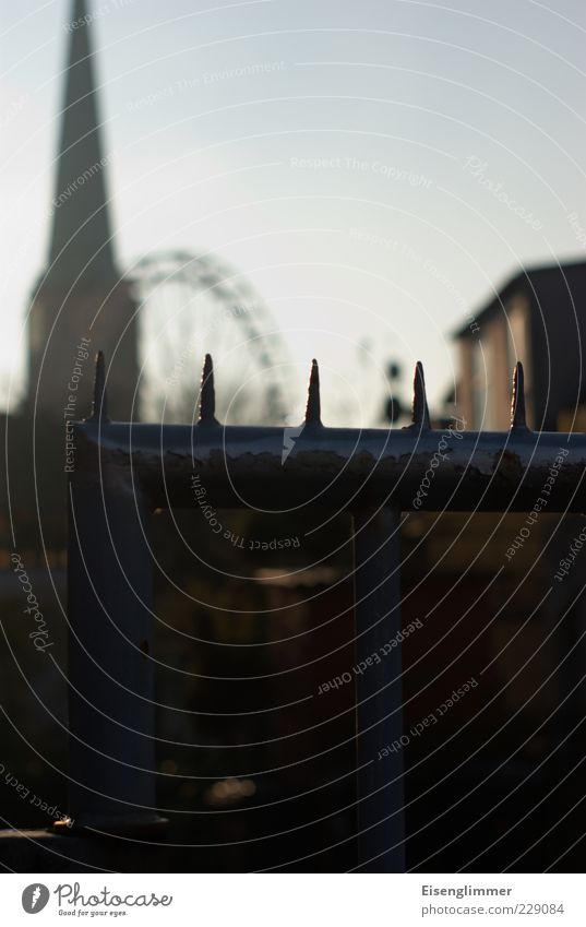 [HL 12.08] Lübecker Rummel Haus Metall Kirche Sicherheit bedrohlich Spitze Schutz historisch Zaun Barriere Eisen stachelig Riesenrad Zacken Kleinstadt