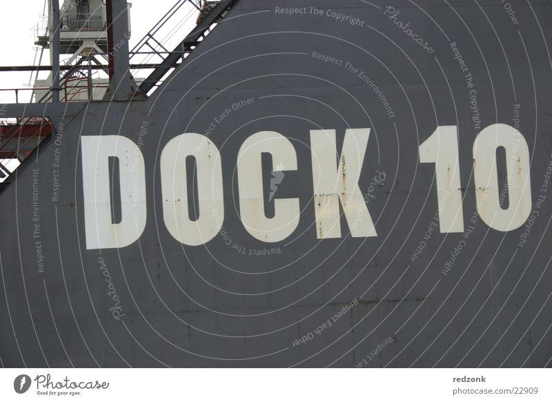 Dock 10 Wasser weiß Meer grau Wasserfahrzeug Hamburg Technik & Technologie Industriefotografie Hafen Anlegestelle Elektrisches Gerät Dampfschiff Schiffswerft