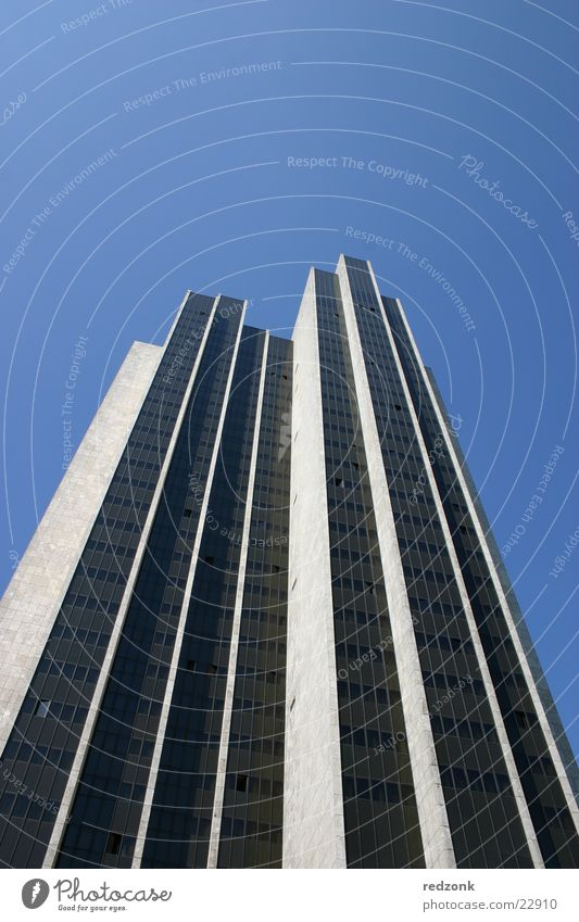Wolkenkratzer Hochhaus Manhattan Haus Hotel Ladengeschäft Fenster grau Architektur Hamburg Arbeit & Erwerbstätigkeit Himmel blau Business
