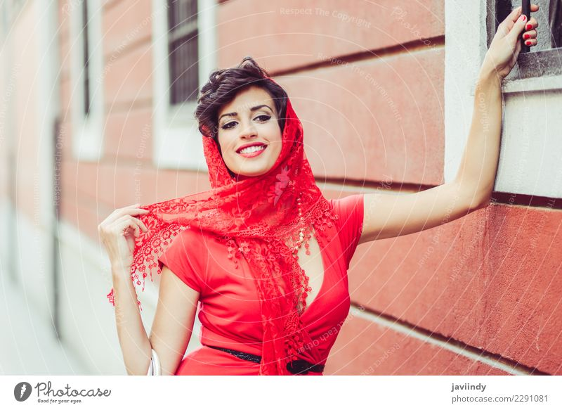Frau, Weinleseart, im städtischen Hintergrund, ein rotes Kleid tragend elegant Stil Design schön Sommer Mensch feminin Junge Frau Jugendliche Erwachsene 1