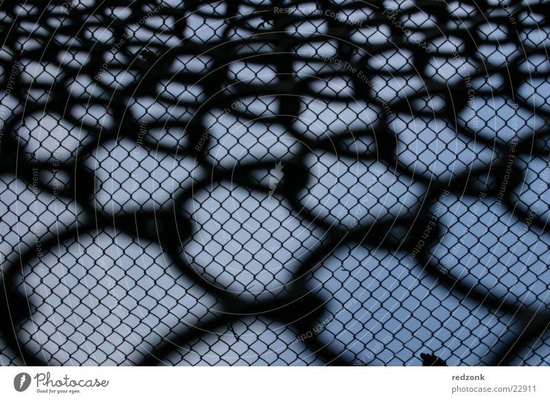Freiheitsdrang 2 Himmel blau schwarz Perspektive Netz Dinge Zaun Flucht Barriere Justizvollzugsanstalt Gitter Pferch Maschendraht