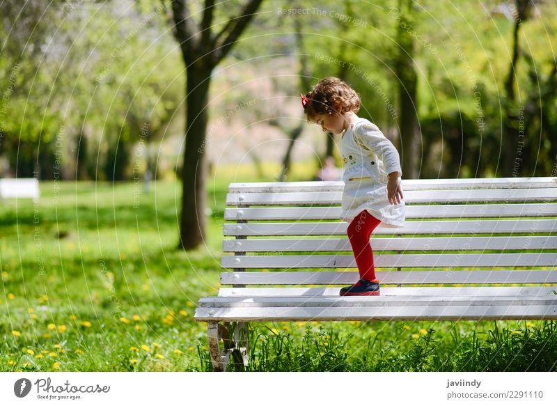 kleines Mädchen spielt im Park auf einer Bank Kind Frau Mensch Sommer Farbe schön grün Baum Blume Freude Erwachsene Gras Glück Garten