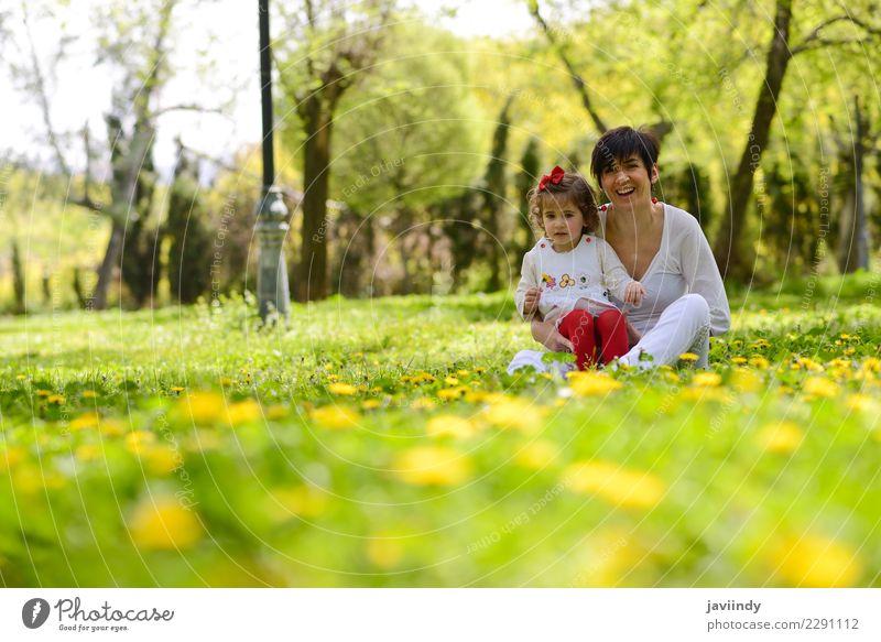 Mutter und kleines Mädchen, die im Park spielen Kind Frau Mensch Freude Erwachsene Lifestyle Liebe Gefühle feminin Familie & Verwandtschaft Glück Paar