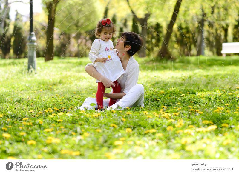 Mutter und kleines Mädchen, die im Park spielen Kind Frau Mensch Blume Freude Erwachsene Lifestyle Liebe Gefühle feminin Gras Familie & Verwandtschaft Paar