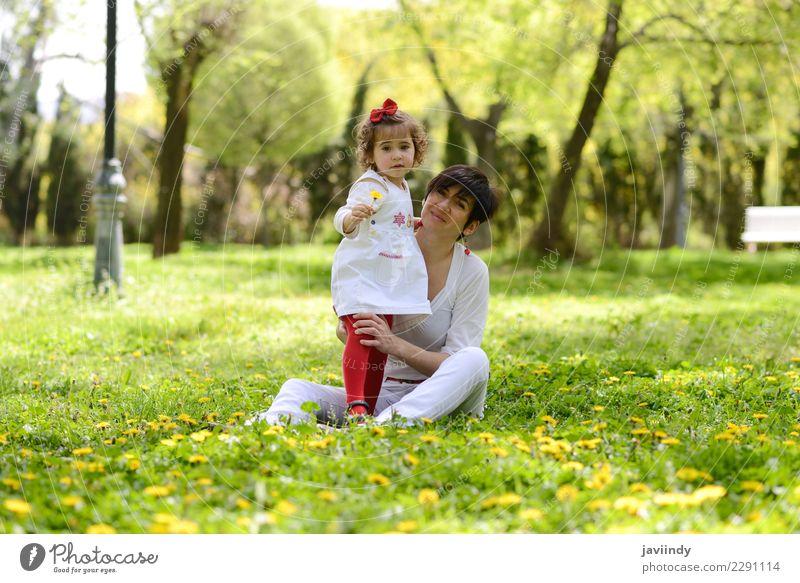 Mutter und kleines Mädchen, die im Park spielen Kind Frau Mensch Jugendliche Junge Frau Freude Erwachsene Lifestyle Liebe Gefühle feminin Gras
