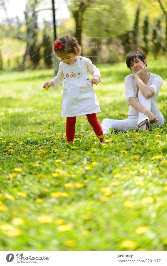 Mutter und kleines Mädchen, die im Park spielen Lifestyle Freude Freizeit & Hobby Garten Kind Mensch feminin Baby Frau Erwachsene Familie & Verwandtschaft