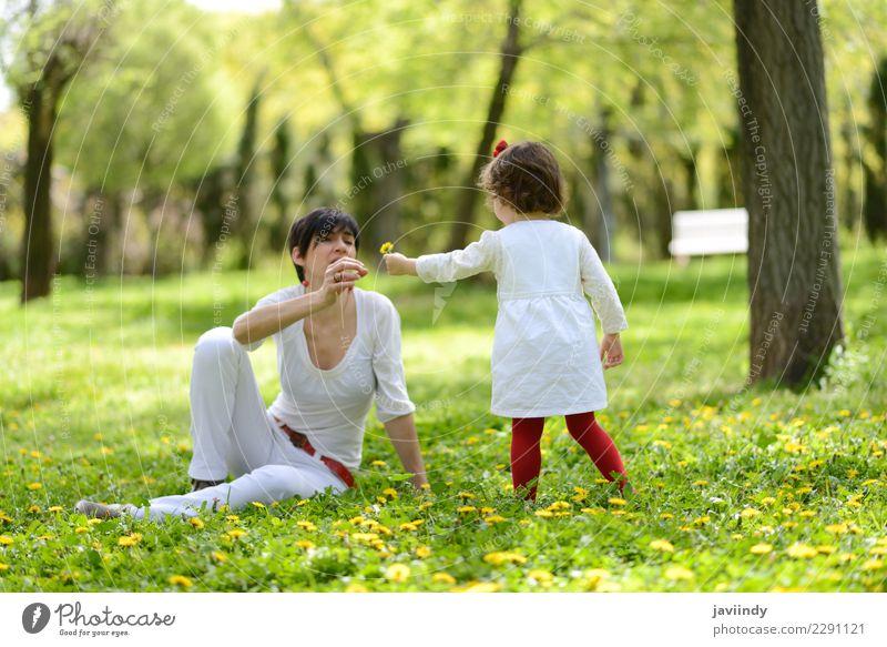Mutter und kleines Mädchen, die im Park spielen Kind Frau Mensch Freude Erwachsene Lifestyle Liebe Gefühle Gras Familie & Verwandtschaft Paar Zusammensein