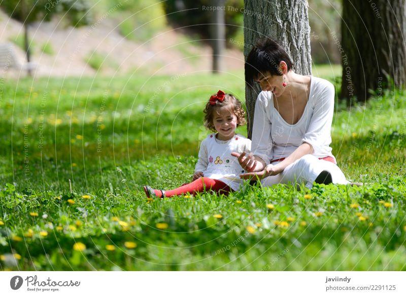Kind Frau Mensch Sommer Freude Mädchen Erwachsene Lifestyle Liebe Gefühle feminin Gras Familie & Verwandtschaft klein Paar Zusammensein
