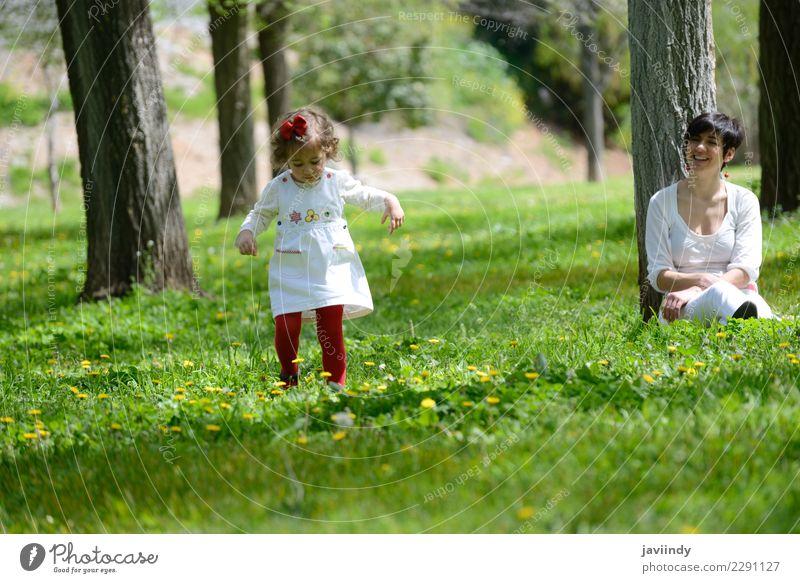 Mutter und kleines Mädchen, die im Park spielen Freude Kind Mensch feminin Baby Frau Erwachsene Familie & Verwandtschaft Paar Kindheit 2 1-3 Jahre Kleinkind
