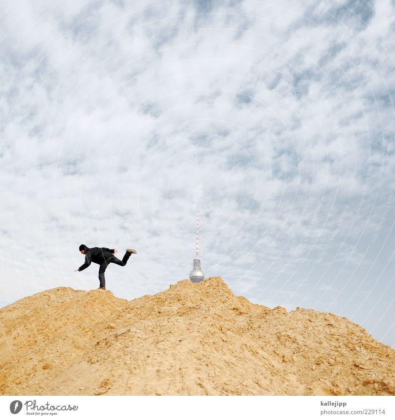 schlammschlacht um dr. googleberg Baustelle Mensch maskulin Mann Erwachsene 1 rennen Berlin Fernsehturm trendy Wolken Sand Haufen Farbfoto Außenaufnahme