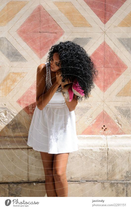 schwarze Frau, Afro-Frisur, auf der Straße anziehen Lifestyle schön Körper Haare & Frisuren Gesicht Mensch feminin Junge Frau Jugendliche Erwachsene 1