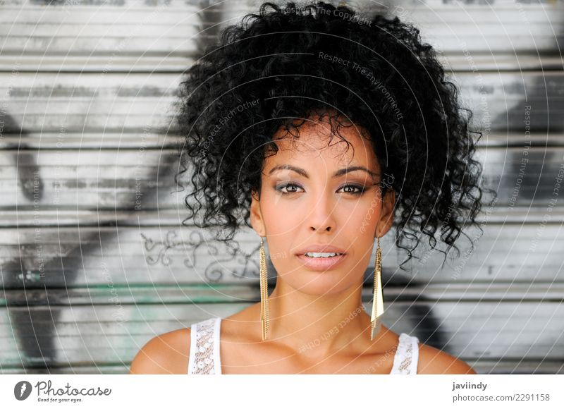 Schwarze Frau, Mode-Modell im urbanen Hintergrund Lifestyle schön Körper Haare & Frisuren Haut Gesicht Schminke Mensch feminin Junge Frau Jugendliche Erwachsene