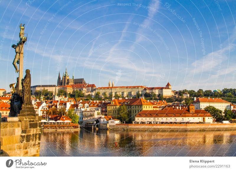 Altstadt Prag. Tschechien Wasser Horizont Schönes Wetter Flussufer Moldau Europa Stadt Hauptstadt Stadtzentrum Bauwerk Gebäude Architektur Sehenswürdigkeit