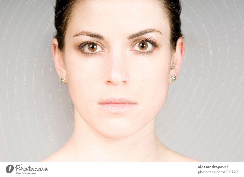 Open eyes Mensch feminin Haut Auge 1 18-30 Jahre Jugendliche Erwachsene Schmuck Gefühle Kraft Farbfoto Studioaufnahme Hintergrund neutral Blitzlichtaufnahme