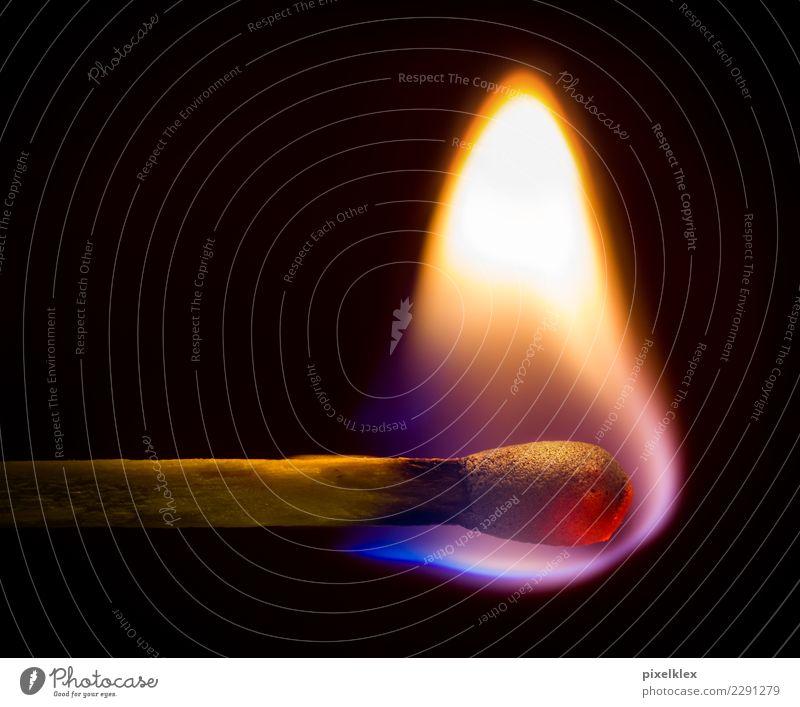 Streichholz dunkel Holz klein hell leuchten gefährlich Warmherzigkeit Vergänglichkeit Feuer Urelemente streichen nah heiß brennen Flamme