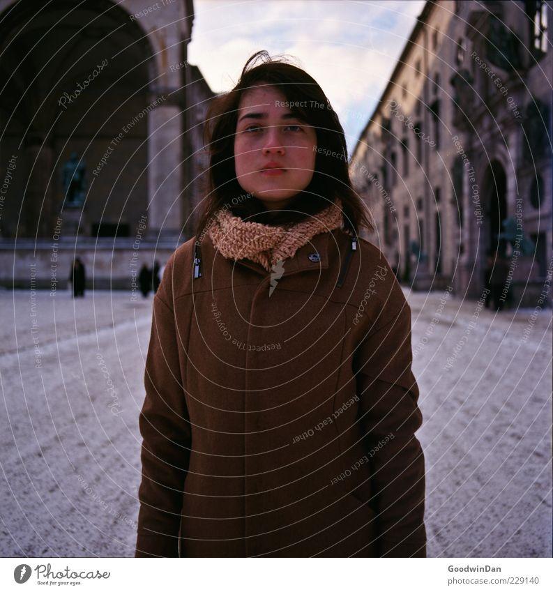 befreit. Frau Mensch Jugendliche schön Stadt Winter Erwachsene feminin kalt Schnee Umwelt Stimmung Fassade Platz authentisch