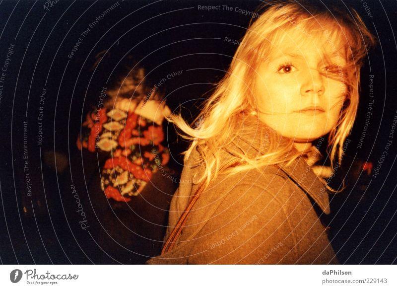 the view Mensch Jugendliche Junge Frau 18-30 Jahre dunkel Gesicht Erwachsene feminin Haare & Frisuren Freundschaft blond Lebensfreude Leichtigkeit langhaarig Momentaufnahme Lomografie