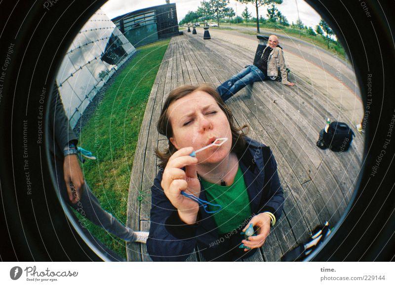 H10.1 | Phantasiereise Frau Mann Freude Gesicht Erwachsene Horizont sitzen maskulin Perspektive stehen rund festhalten Kugel blasen Sitzgelegenheit Seifenblase
