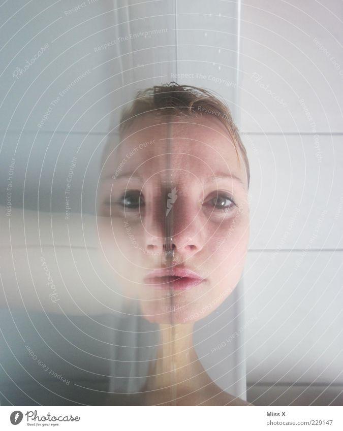 Herrlich schräg Frau Mensch Jugendliche Erwachsene Gesicht feminin Kopf nass paarweise verrückt Bad gruselig Badewanne Fliesen u. Kacheln 18-30 Jahre skurril