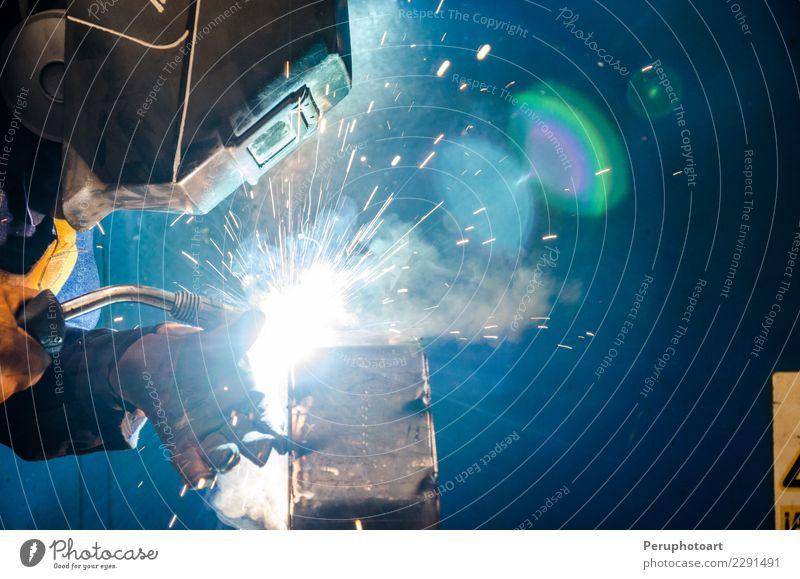 Schweißer Mann Erwachsene Arbeit & Erwerbstätigkeit Metall Industrie Schutz Sicherheit Beruf Fabrik Stahl Arbeitsplatz Werkzeug bauen Mitarbeiter Produktion