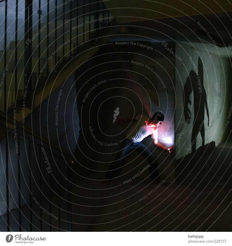 gorillaz Mensch maskulin Mann Erwachsene Leben 2 Mauer Wand Treppe Angst Entsetzen Todesangst gefährlich Stress Misstrauen Mut Kraft Gorilla Versteck verstecken