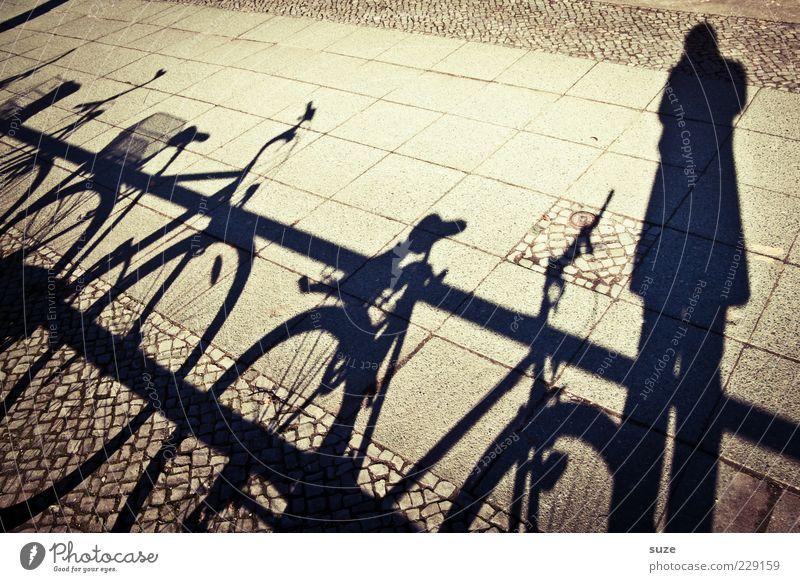 Schatt-ich Freizeit & Hobby Fahrrad Mensch 1 dunkel hell Geländer Bürgersteig Fußweg Fotografieren Schattenspiel Schattenkind Farbfoto Außenaufnahme