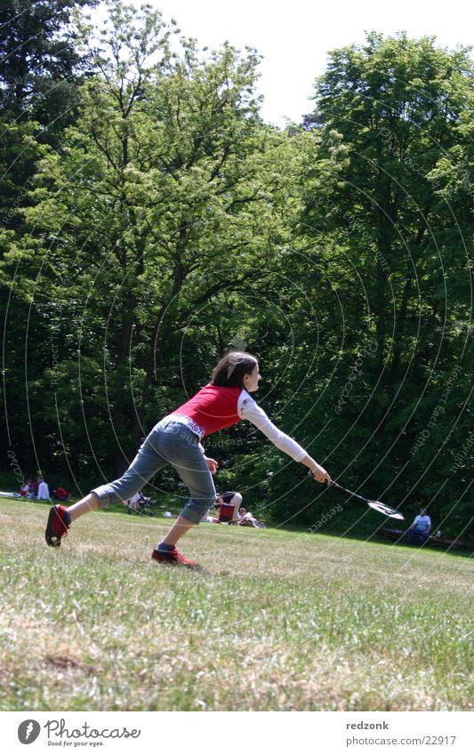 Mädchen spielt Badminton Wiese Baum Ballsport Spielen rot Sport Natur verrückt rennen Freude Neigung
